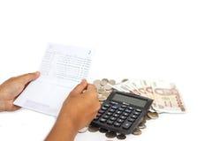 Bank för handinnehavbok och bunt av pengar i begreppet som kontrollerar mo Royaltyfri Bild