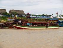 Bank för kust för skepp för flod för port för vatten för himmel Cambodja en khmerAsien för turist- dragning Royaltyfri Bild
