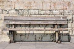 Bank gegen die Wand, Einsamkeit lizenzfreies stockbild