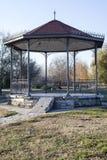 Bank in het park op de de herfstachtergrond royalty-vrije stock foto's