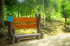 Bank in hout in het bos Royalty-vrije Stock Foto