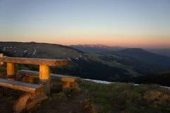 Bank im Freien in einem netten Berggebiet Lizenzfreie Stockfotos