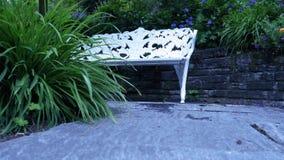 Bank im Garten für Entspannung Lizenzfreie Stockfotos