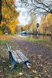Bank im Herbstpark Lizenzfreies Stockfoto