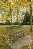 Bank im Herbstpark Lizenzfreie Stockbilder