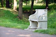 Bank im königlichen Park stockfotos