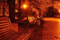 Bank im Nachtpark Lizenzfreie Stockfotos