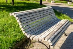 Bank im Park, natürlicher Hintergrund Lizenzfreie Stockfotos
