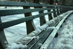 Bank im Schnee Stockfotografie