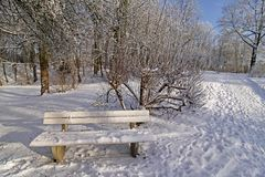 Bank im Winter im Badekurortgarten Stockbild