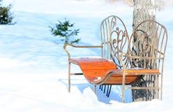 Bank im Winterpark Stockbilder
