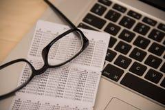 Bank keycard op lijst met glazen en laptop stock afbeelding