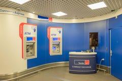 Bank med bankomaten på den internationella flygplatsen Schiphol i Amsterdam, Nederländerna arkivfoton