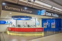 Bank med bankomaten på den internationella flygplatsen Schiphol i Amsterdam, Nederländerna royaltyfri foto