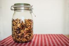 Bank med granola på tabellen Arkivfoto