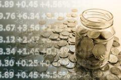Bank med mynt och att räkna royaltyfri bild