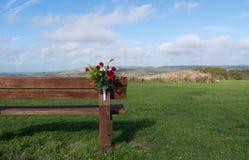 Bank met bloemen in aard royalty-vrije stock foto's