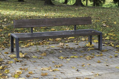 Bank met de dalingsbladeren en herfst backround - voorraadbeeld Royalty-vrije Stock Afbeeldingen