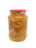 Bank met honing en bijenhoningraten op een witte achtergrond Royalty-vrije Stock Afbeeldingen
