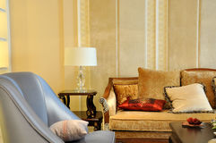 Bank met hoofdkussen in woonkamer Royalty-vrije Stock Foto's