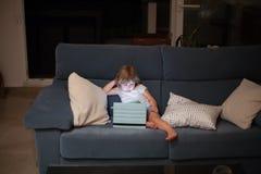 Bank met kind het letten op tablet Stock Afbeelding