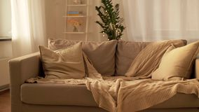 Bank met kussens bij comfortabele huiswoonkamer stock videobeelden