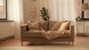 Bank met kussens bij comfortabele huiswoonkamer stock video