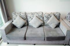 Kussens in woonkamer stock foto. Afbeelding bestaande uit blauw ...