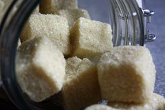 Bank mit handgemachtem Zucker scheuern sich lizenzfreies stockfoto