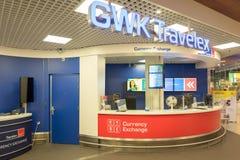 Bank mit Registrierkasse am internationalen Flughafen Schiphol in Amsterdam, die Niederlande lizenzfreie stockfotos