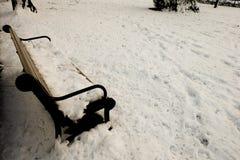 Bank mit Schnee Stockbild
