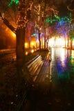 Bank in nachtsteeg met lichten Royalty-vrije Stock Afbeelding