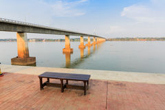Bank nahe Brücke und Fluss Stockfotografie