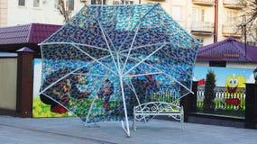 Bank onder de paraplu Stock Afbeeldingen