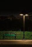 Bank onder een lamp Stock Fotografie