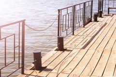 Bank op de pijler, bootpost, mooie plaats Stock Fotografie