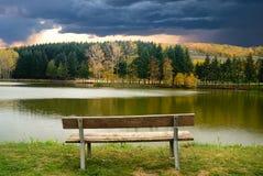 Bank op de rand van het meer Stock Foto's
