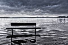 Bank op het meer van Varese Stock Afbeeldingen