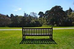 Bank op park stock fotografie