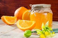 Bank pomarańczowi marmoladowi plasterki pomarańcze i kwiat Fotografia Royalty Free