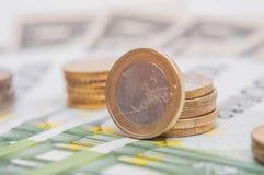 bank repet för anmärkningen för pengar för fokus hundra för euroeuros fem Flera euromynt och sedlar Arkivbild
