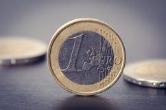 bank repet för anmärkningen för pengar för fokus hundra för euroeuros fem Mynt är på en vit bakgrund Valuta av Europa Jämvikt av  Royaltyfri Foto