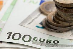 bank repet f?r anm?rkningen f?r pengar f?r fokus hundra f?r euroeuros fem eurokassa och mynt Europengarsedlar arkivfoto