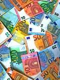 bank repet f?r anm?rkningen f?r pengar f?r fokus hundra f?r euroeuros fem eurokassabakgrund Europengarsedlar arkivfoto