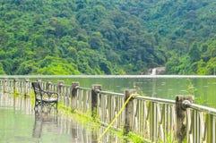 Bank in reservoir die mening de waterval kijken Stock Afbeeldingen