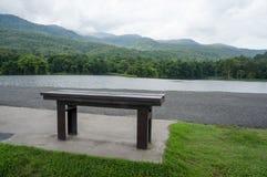 Bank rond het meer stock afbeelding