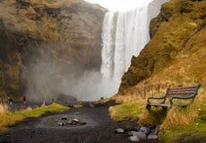 Bank in skogafoss Wasserfall Lizenzfreies Stockfoto