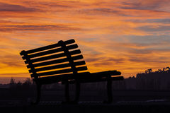 Bank am Sonnenuntergang Stockfotos