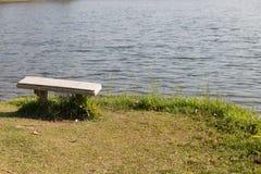 Bank am Ufer des Teichs Stockfoto