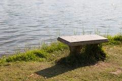 Bank am Ufer des Teichs Lizenzfreie Stockfotos